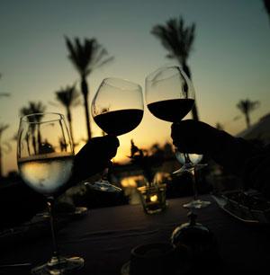 Wein trinken im Sonnenuntergang während Golfurlaub - Sunbirdie