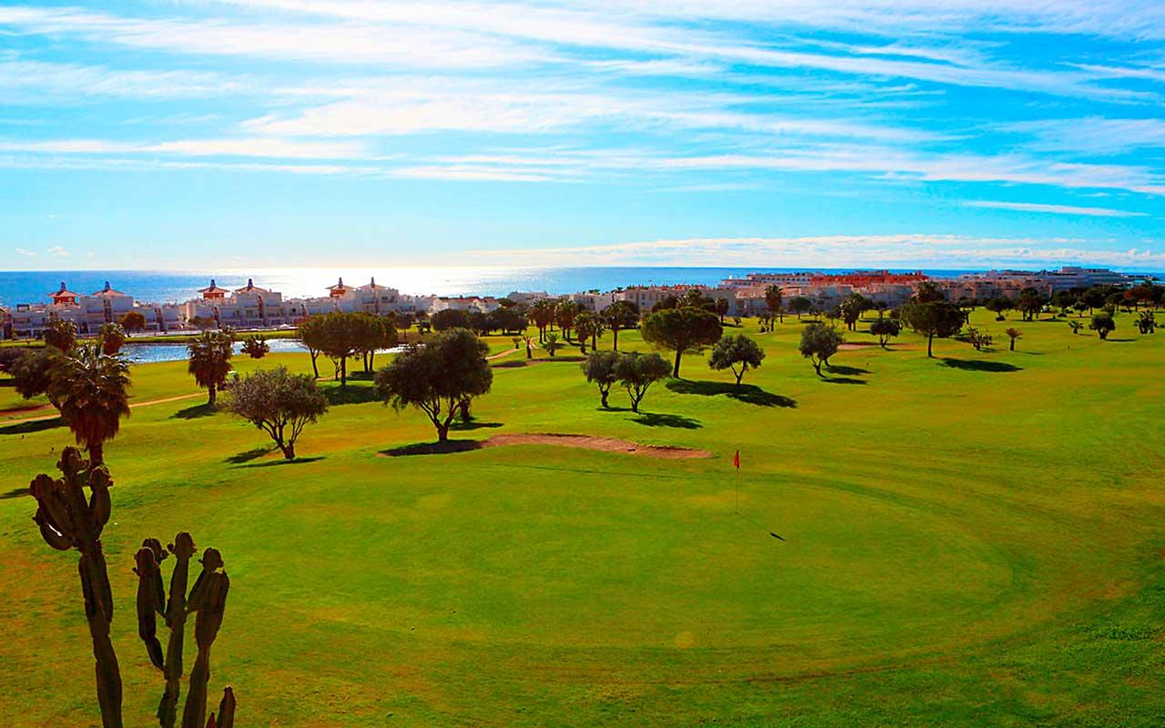 See im Golfplatz während long stay golf Spanien | Sunbirdie