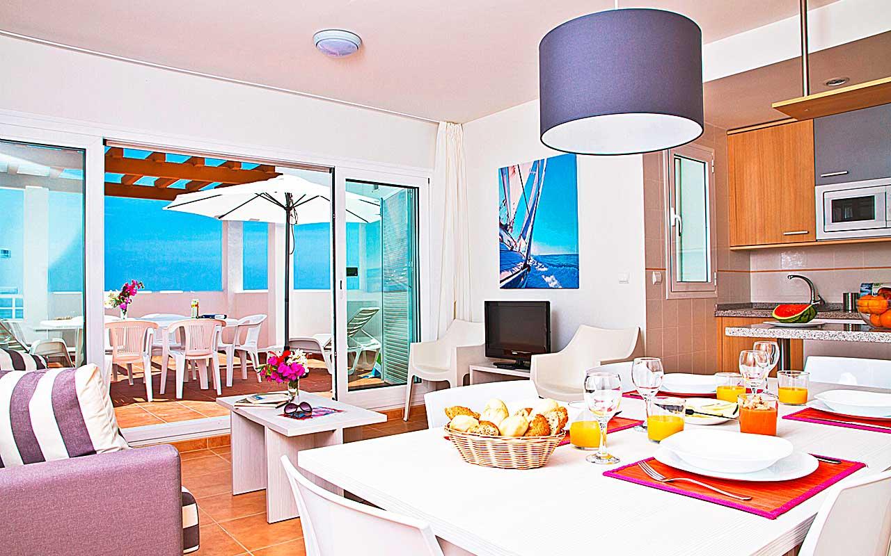 Wohnzimmer mit Balkon während long stay Spanien | Sunbirdie