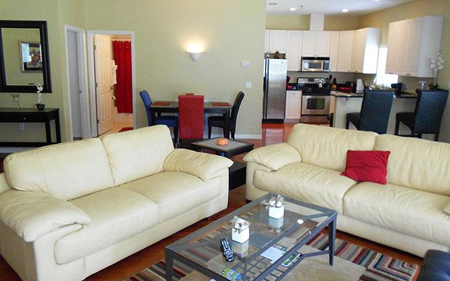 Geräumiges Wohnzimmer mit küche während long stay Florida | Sunbirdie