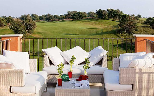 Blick auf den Golfplatz vom Zimmer während long stay golf Italien | Sunbirdie