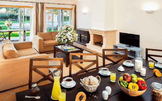 Esszimmer und Wohnzimmer in Praia Del Rey während Longstay Portugal | Sunbirdie