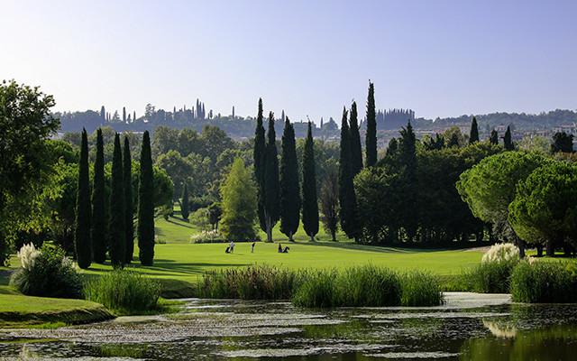 Golfplatz mit Gardasee bei long stay golf Italien | Sunbirdie