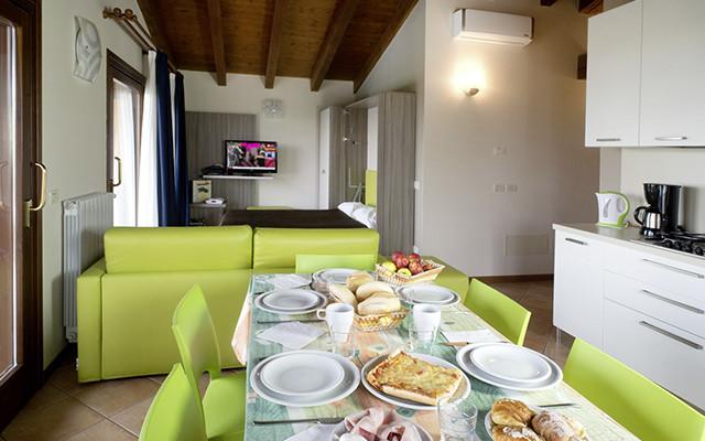 Esszimmer und Wohnzimmer in Moniga-del-Garda während long stay Portugal | Sunbirdie